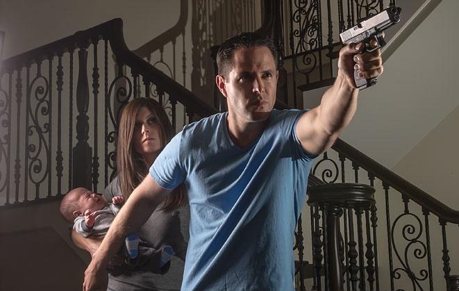 Fegyveres lakásvédelem - Mindig a fegyverrel rendelkező van elől!